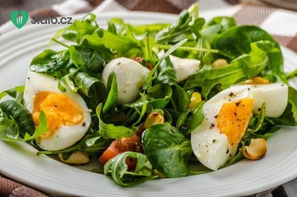 Jarní salát s vejci a zelenými lístky recept