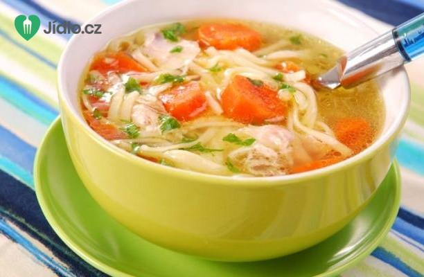 Jednoduchá kuřecí polévka s nudlemi recept