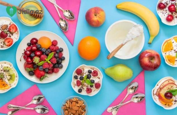 Jogurt s ovocem a ořechy recept
