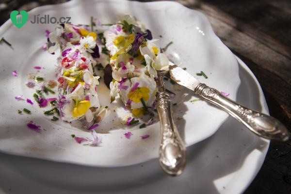 Kozí sýr s jedlými květy recept