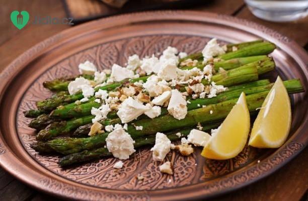 Pečený chřest s citronem, sýrem feta a pistáciemi recept