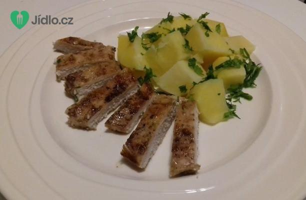 Pečená prsíčka na česneku s bramborami a jarní cibulkou recept