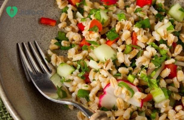 Pikantní kuřecí salát s kroupami recept