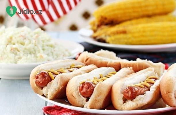 Pivní hot dog s pikantním salátem recept