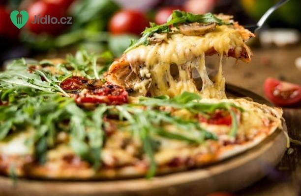 Pizza s houbami, chřestem a čtyřmi druhy sýra recept