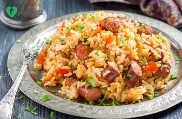 Rýže s kuřecím masem a klobásou recept