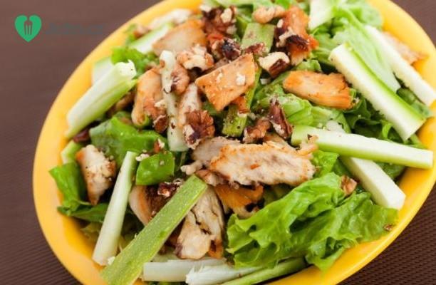 Salát s kuřecím masem a ořechy recept