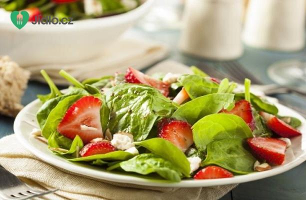 Salát z mladého špenátu a jahod s piniovými oříšky recept
