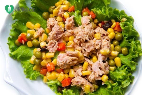 Salát s tuňákem, bylinkami a sladkou kukuřicí recept
