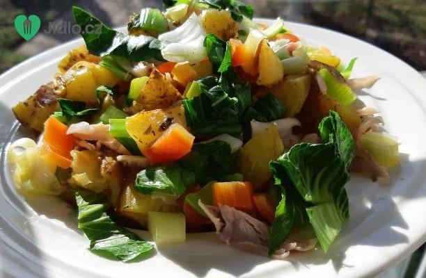 Salát z pečených brambor zeleninou a masem recept