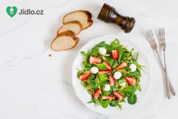 Špenátový salát s jahodami, chřestem a mozzarelou recept