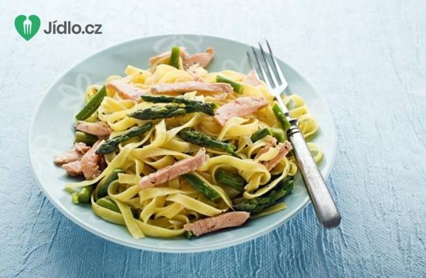 Těstoviny s chřestem, lososem a fazolkami recept