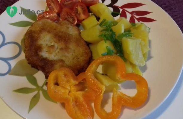 Vepřový řízek s  bramborami a zeleninovou oblohou recept