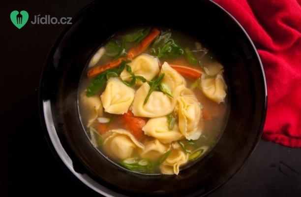 Zeleninová polévka s tortellini a bílými fazolemi recept