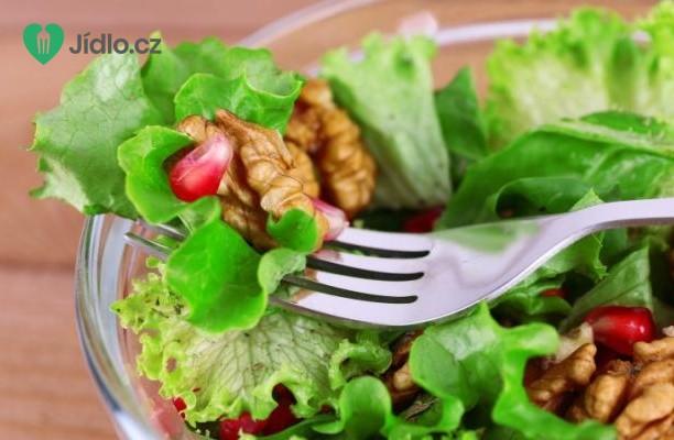Zeleninový salát s ořechy a citronovou zálivkou recept