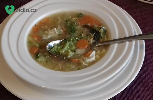 Zeleninová polévka s brokolicí, mrkví a bramborami recept