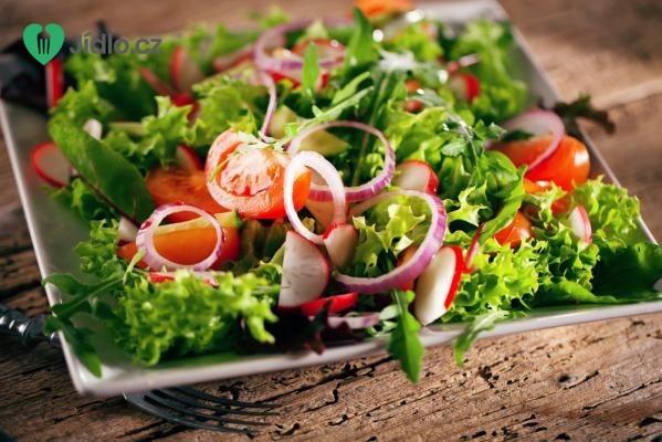 Zeleninový salát s cibulovými kroužky recept