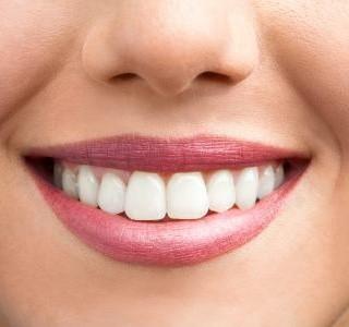 Aktivní uhlí je cesta ke krásně bílým zubům
