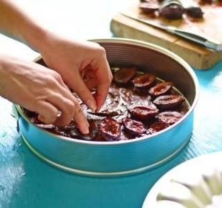 Čokoládový dort se švestkami a oříšky