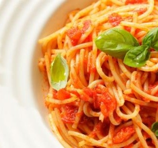 Špagety s omáčkou z čerstvých rajčat
