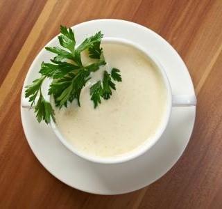 Bílá květáková polévka