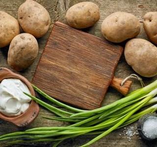 Bramborový salát s jarní cibulkou a česnekem