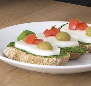 Chlebíček s mozzarellou a bazalkovým pestem