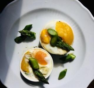 Chřest zapečený se sýrem, vejcem a mangem