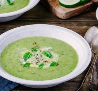 Cuketová polévka s bazalkou