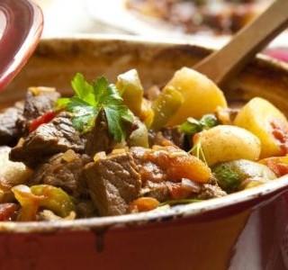 Dušené maso s brambory po španělsku