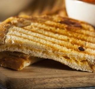 Grilovaný toust se sýrem a cibulí
