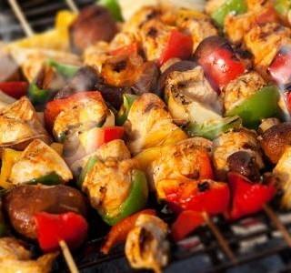 Grilované kuřecí špízy se zeleninou