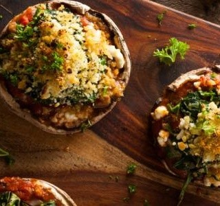 Houby  plněné špenátem, chlebem, česnekem a bylinkami
