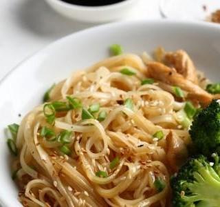 Japonské nudle s brokolicí