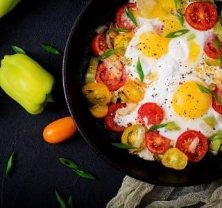 Jarní pánev s vejci a zeleninou