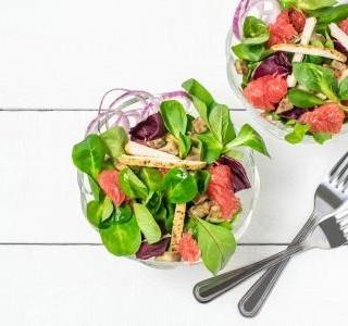 Jarní salát s grapefruitem a ořechy