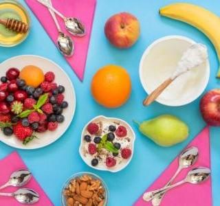 Jogurt s ovocem a ořechy