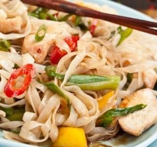 Kuřecí salát s nudlemi na  vietnamský způsob