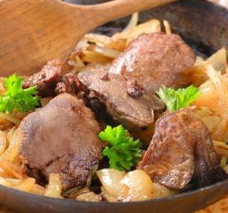 Kuřecí játra s rýžovými nudlemi