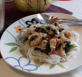 Kuřecí prsíčka se zeleninou s rýžovými nudlemi