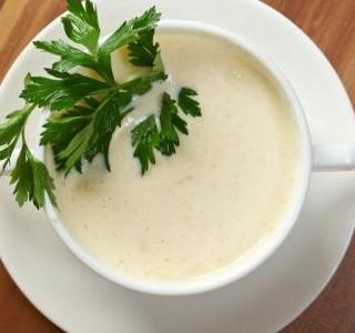 Květáková polévka s pórkem a s kořením Dukkah