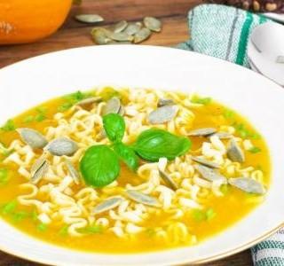 Letní dýňová polévka s těstovinami a parmezánem