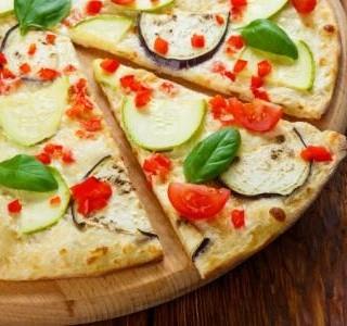 Letní pizza s cuketou