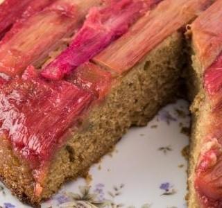 Obrácený rebarborový dort