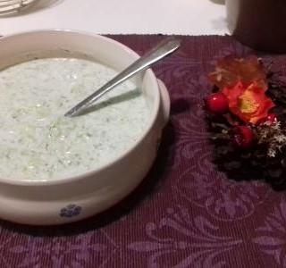 Okurka s bílým jogurtem