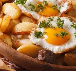 Opečené brambory se sázenými vejci