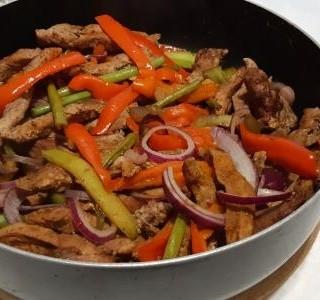 Opečená zelenina s vepřovými nudličkami