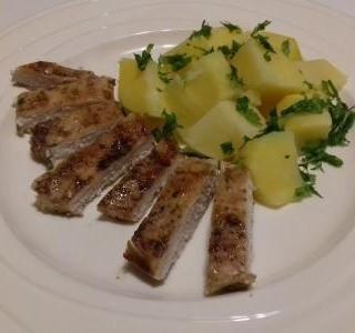 Pečená prsíčka na česneku s bramborami a jarní cibulkou