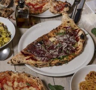 Pizza s čerstvou ricottou a červenou cibulí