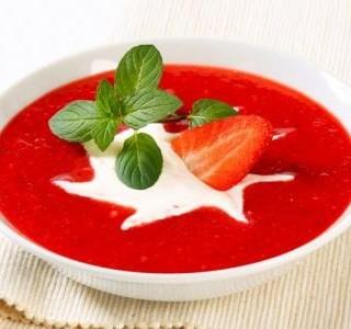 Polévka z jahod, zázvoru a rebarbory